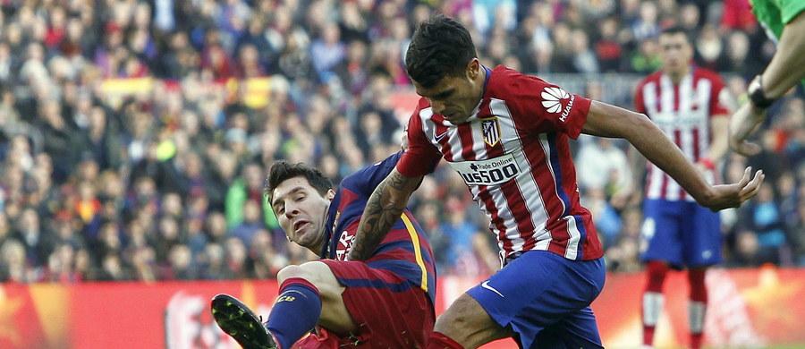 Prowadzący w tabeli hiszpańskiej ekstraklasy piłkarze Barcelony pokonali w 22. kolejce przed własną publicznością wicelidera Atletico Madryt 2:1, robiąc duży krok w stronę tytułu mistrzowskiego. Przed tym spotkaniem oba zespoły miały po 48 punktów.