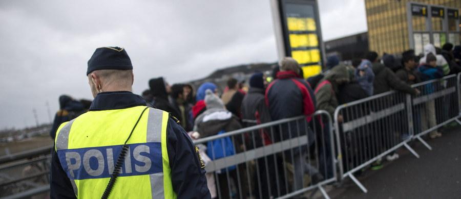 """Czterech mężczyzn, którzy w piątek wieczorem atakowali w centrum Sztokholmu migrantów, zatrzymała szwedzka policja. Sprawcy rozdawali ulotki nawołujące do """"ukarania"""" uchodźców. W centrum stolicy zebrały się wieczorem dziesiątki zamaskowanych ludzi."""