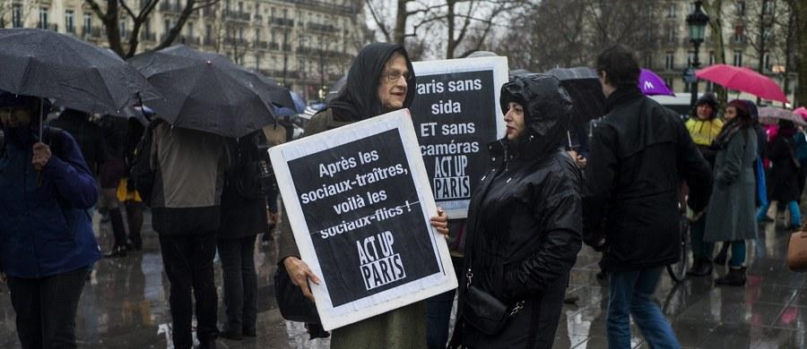 """Demonstracje przeciwko stanowi wyjątkowemu wprowadzonemu po zamachach z 13 listopada odbyły się w Paryżu i wielu innych miastach Francji. """"Ograniczenia swobód obywatelskich zostały wprowadzone w imię hipotetycznego bezpieczeństwa"""" - podkreślali mówcy zabierający głos podczas demonstracji."""