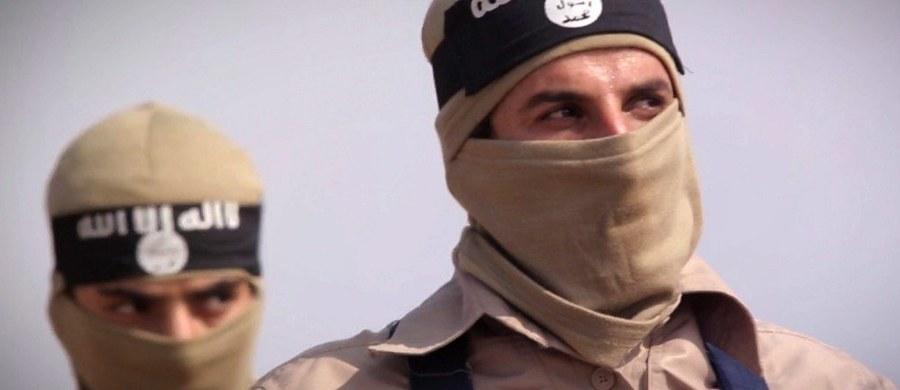 """Dżihadystyczna organizacja Państwo Islamskie (IS) opublikowała film wideo z egzekucją, na którym francuskojęzyczny oprawca grozi """"niewiernym"""" i ostrzega ich przed zamachami, które sprawią, że zapomną """"11 września i paryskie ataki"""" - podaje AFP."""