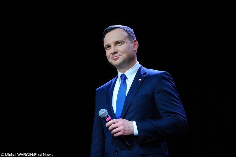 """Prezydent Polski zaskoczył na Twitterze fanów One Direction. Otóż uznał on, że nowa piosenka Zayna Malika """"Pillowtalk"""" jest sympatyczna."""