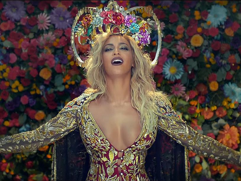"""Nowy teledysk grupy Chrisa Martina """"Hymn For The Weekend"""", z gościnnym udziałem Beyonce bije rekordy popularności, ale zbiera również mnóstwo niepochlebny recenzji. Wszystko przez stereotypowe przedstawienie Indii."""