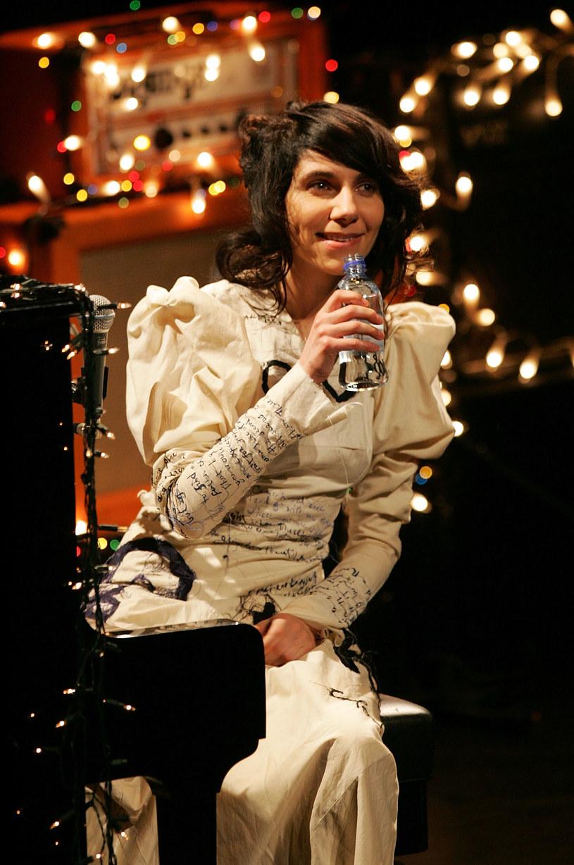 """PJ Harvey opublikowała teledysk do singla """"The Wheel"""" zapowiadającego jej nowy album."""