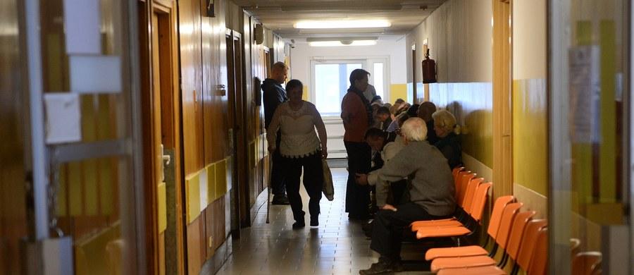 """Będzie coraz więcej zachorowań na świńską grypę na południu Polski – ostrzegają przedstawiciele Szpitala Uniwersyteckiego w Krakowie. W tej placówce w izolatkach leczy się obecnie 12 pacjentów z AH1N1. """"Absolutnie nie ma powodów do paniki, gdyż jest to po prostu grypa, którą się leczy dokładnie tak samo, jak zwykłą grypę. I to nie sama grypa jest groźna, a powikłania po niej"""" - uspokaja Maria Włodkowska z krakowskiego szpitala. I apeluje, aby nie lekceważyć objawów choroby i zgłaszać się do lekarza pierwszego kontaktu."""