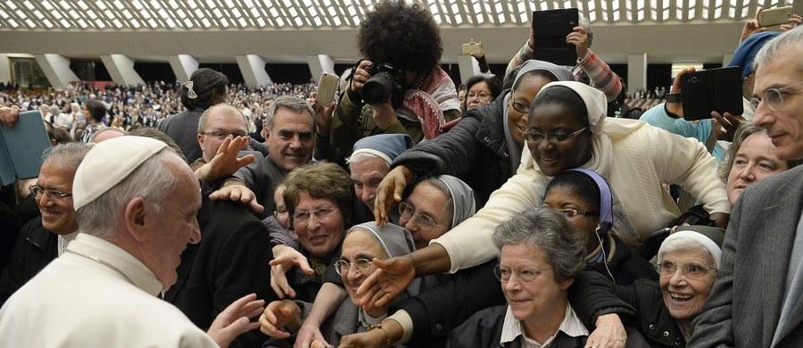Papież Franciszek zadebiutuje w filmie. Pojawi się w produkcji przeznaczonej dla dzieci i rodzin, z której dochód trafi na cele dobroczynne. Włoscy producenci poinformowali, że sam Franciszek zaproponował, by nakręcić taki film.