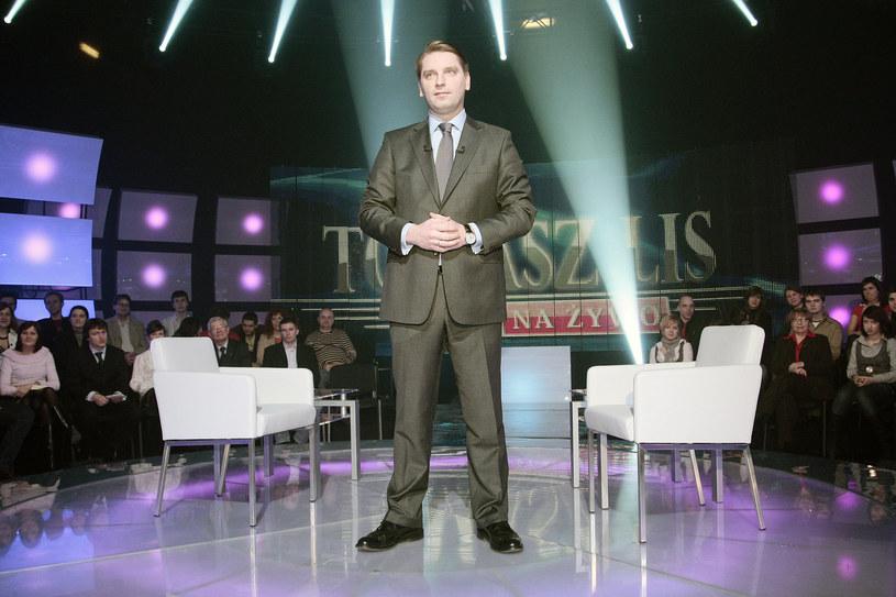 """Nie wystartuje na razie nowy program publicystyczny, który miał zastąpić produkcję """"Tomasz Lis na żywo"""". W tym czasie widzowie telewizyjnej Dwójki będą oglądać nowy serial """"Artyści""""."""