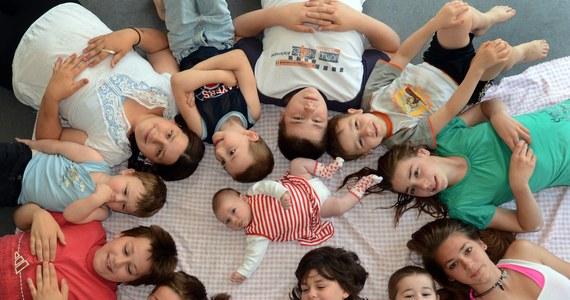 """Projekt ustawy wprowadzający program 500 plus ma charakter demograficzny; przy dobrej współpracy z samorządami uda nam się go sprawnie uruchomić, zgodnie z harmonogramem, na początku kwietnia - twierdzi szefowa MRPiPS Elżbieta Rafalska.""""Jest to projekt odważny, śmiały, solidarnościowy z polskimi rodzinami i demograficzny"""" - podkreśliła. """"Mam głębokie przekonanie, że przy dobrej współpracy z samorządami uda nam się sprawnie uruchomić program 500 plus i że stanie się to na początku kwietnia zgodnie z harmonogramem"""" - dodała minister Rafalska."""