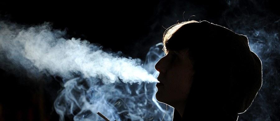 Licealistom we Francji powinno pozwolić się na palenie papierosów na terenie szkoły. Chodzi o to, by gromadząc się na przerwach na ulicach, nie byli narażeni na ataki terrorystyczne - zaapelował główny związek administratorów szkół średnich, SNPDEN.
