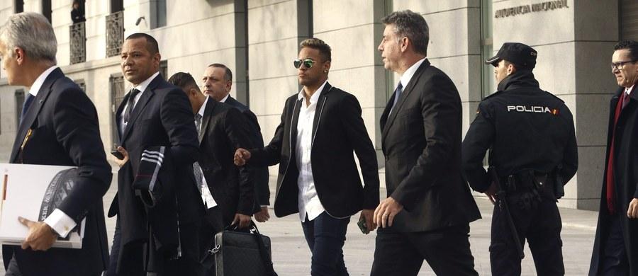 Brazylijska prokuratura oskarżyła piłkarza swojej reprezentacji Neymara o oszustwo podatkowe przy transferze z Santosu do Barcelony oraz o fałszowanie dokumentów w okresie od 2006 do 2013 roku. Zarzuty usłyszeli także ojciec piłkarza, obecny prezes Barcelony Josep Maria Bartomeu i jego poprzednik Sandro Rosell.