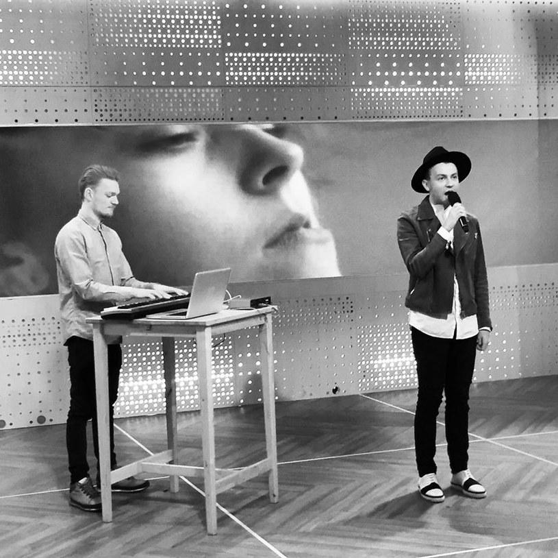 """Finalista trzeciej edycji """"The Voice of Poland"""" wokalista Arek Kłusowski połączył siły z producentem MaJLo. Efektem ich współpracy jest singel """"Try"""", który zdążyli już zaprezentować w telewizjach śniadaniowych."""