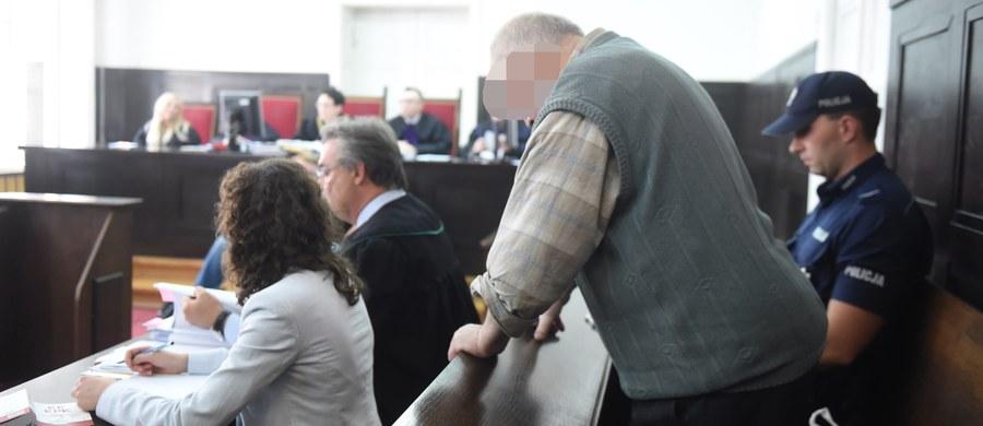 Dożywocie za zabójstwo dwóch pracownic Gminnego Ośrodka Pomocy Społecznej w Makowie - taki wyrok usłyszał dzisiaj w Sądzie Okręgowym w Łodzi 64-letni Lech G. Do tragedii doszło w grudniu 2014 roku. Według prokuratury, mężczyzna wtargnął na teren ośrodka, mając ze sobą co najmniej trzy plastikowe pojemniki z benzyną, następnie wylał benzynę na urzędniczki pracujące w jednym z pokoi i podpalił je. Co więcej, zamknął drzwi od zewnątrz i przytrzymywał je, by kobiety nie mogły uciec z płonącego pokoju.