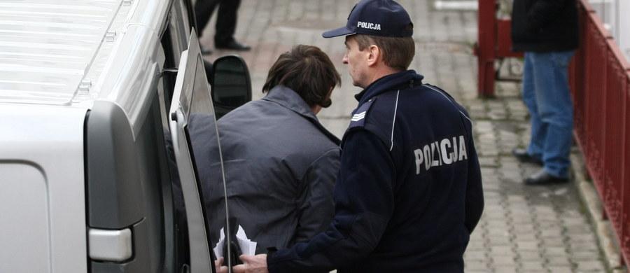 Zarzut zabójstwa dziennikarza z Mławy Łukasza Masiaka usłyszał w Prokuraturze Okręgowej w Płocku 29-letni Bartosz N. Podejrzany ukrywał się od pół roku, ale we wtorek sam zgłosił się do prokuratury wraz z adwokatem. Jak informuje reporter RMF FM Paweł Balinowski, 29-latek nie przyznał się do winy - stwierdził, że między nim a dziennikarzem doszło, co prawda, do nieporozumienia na tle towarzyskim, ale skończyło się na wymianie zdań. Według N., nieporozumienie nie dotyczyło w żaden sposób dziennikarskiej działalności Łukasza Masiaka.
