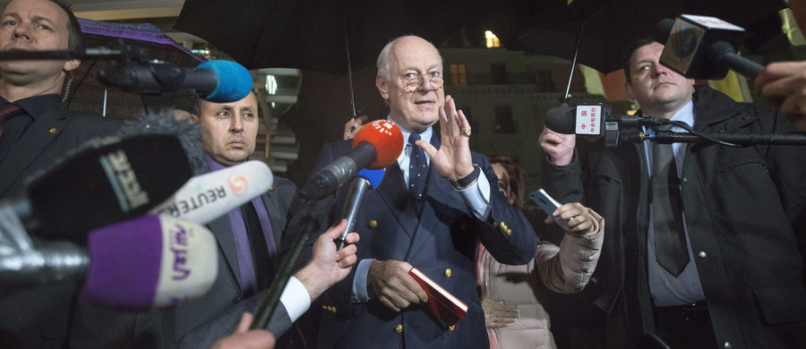 Prowadzone w Genewie pod egidą ONZ rozmowy pokojowe ws. Syrii, w których uczestniczą syryjska opozycja i strona rządowa, zostały wstrzymane do 25 lutego. Syryjski rząd ma dopiero podjąć decyzję, czy powrócić do rozmów, a grupujący syryjską opozycję Wysoki Komitet Negocjacyjny (HNC) zapowiada, że wróci do rozmów tylko wtedy, gdy nastąpi zmiana w terenie. Na wstrzymanie rozmów pokojowych zareagowali rzecznik Departamentu Stanu USA oraz szefowie dyplomacji Francji i Niemiec, częściowo winiąc za to armie Syrii i Rosji, które wcześniej przeprowadziły ofensywę na syryjskich rebeliantów.