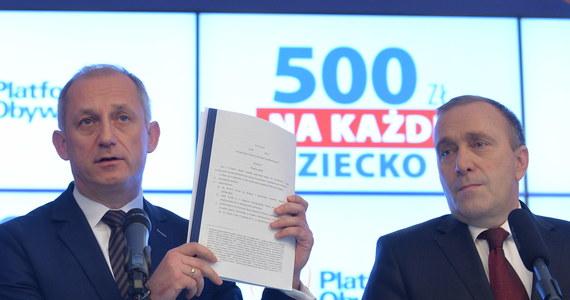 Platforma Obywatelska złożyła w piątek w Sejmie projekt ustawy, zgodnie z którym od 1 lipca tego roku rodzice otrzymywaliby 500 zł miesięcznie na każde dziecko. PSL i Kukiz'15 dobrze oceniają projekt, ale zarzucają Platformie, że jest niewiarygodna; według Nowoczesnej to populistyczna licytacja. PiS zapowiada, że przyjrzy się projektowi z ostrożnością.