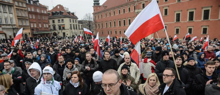 """Manifestacja """"Przeciw islamizacji Europy"""", zorganizowana przez Ruch Narodowy i Młodzież Wszechpolską, odbyła się w Warszawie. Jej uczestnicy domagali się """"powstrzymania fali najazdu imigrantów z obcych kręgów kulturowych""""."""