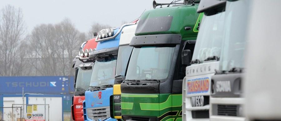W poniedziałek w Białej Podlaskiej odbędą się w rozmowy transportowców jeżdżących do Rosji z zarządem Zrzeszenia Międzynarodowych Przewoźników Drogowych w Polsce. Wcześniejsze, trzydniowe negocjacje przedstawicieli ministerstw infrastruktury obu krajów nie przyniosły porozumienia. Polskie ciężarówki od początku lutego nie mogą wjeżdżać na terytorium Federacji Rosyjskiej. Te, które są w Rosji, mogą wyjeżdżać z tego kraju do 15 lutego.