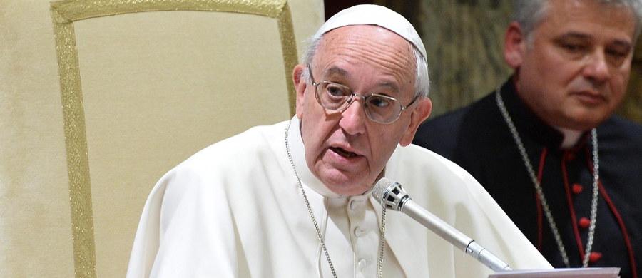 """Papież Franciszek zaapelował w niedzielę o pomoc humanitarną dla ludności Syrii. Podczas spotkania z wiernymi na modlitwie Anioł Pański wezwał wspólnotę międzynarodową, by doprowadziła strony konfliktu do rokowań. """"Z głębokim niepokojem śledzę dramatyczny los ludności cywilnej, uwikłanej w gwałtowne walki w umiłowanej Syrii i zmuszonej do porzucenia wszystkiego, by uciec od grozy wojny"""" – dodał Franciszek."""