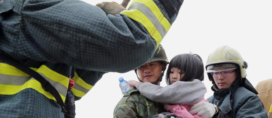 Ponad 60 godzin po trzęsieniu ziemi na południu Tajwanu ratownicy wydobyli spod gruzów zawalonego bloku mieszkalnego w mieście Tainan dwie żywe osoby. Jedna z nich to 8-letnia dziewczynka - poinformowały tajwańskie stacje telewizyjne.