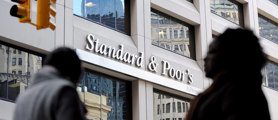 """""""Standard&Poor's Ratings Services dokonał analizy trendów związanych z ryzykiem ekonomicznym oraz sektorowym polskiego sektora bankowego, w wyniku której zrewidowana została opinia na temat ryzyka krajowego dla polskiego sektora bankowego z dotychczas stabilnej na negatywną"""" - taką informację podała agencja ratingowa w wydanym komunikacie."""