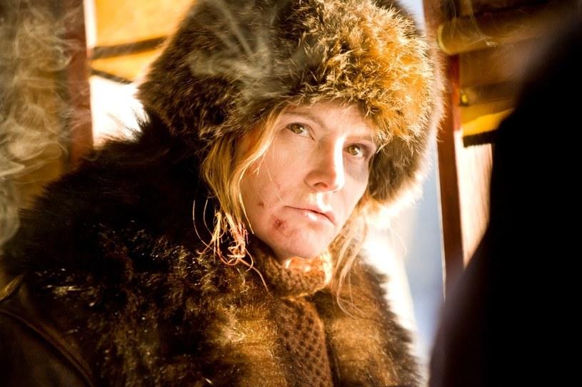 """Jennifer Jason Leigh, która zagrała w najnowszym filmie Quentina Tarantino """"Nienawistna ósemka"""", zdradziła, że Kurt Russell nie wiedział, że w jednej ze scen zniszczył drogocenną gitarę."""