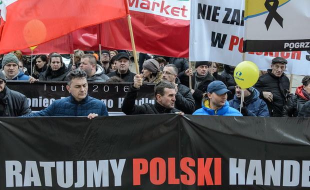 Rząd nie chciał dziś rozmawiać z branżą handlową. Właściciele małych i średnich sieci polskich sklepów zorganizowali konsultacje dotyczące projektu ustawy o nowym podatku od sprzedaży detalicznej. Pomimo zaproszeń na spotkaniu nie pojawił się żaden z ministrów.