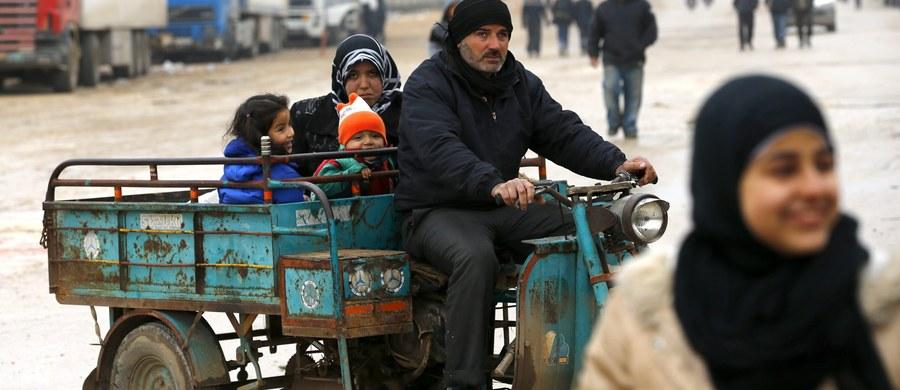 """Rzecznik Kremla Dmitrij Pieskow oświadczył, że nie ma żadnych dowodów na to, iż w rosyjskich nalotach w Syrii ginie ludność cywilna. To reakcja na poniedziałkową wypowiedź kanclerz Niemiec Angeli Merkel, krytykującą Rosję za naloty w Syrii. """"Mimo wielkiej liczby takich oświadczeń nikt dotąd nie przedstawił choćby jednego wiarygodnego dowodu na poparcie tych słów"""" - powiedział Pieskow."""