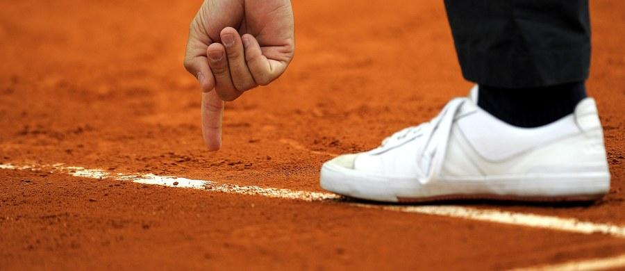 """Sześciu sędziów tenisowych brało udział w nielegalnym procederze obstawiania wyników turniejów niższej rangi u bukmacherów. Dwóch arbitrów zostało wykluczonych, pozostali są tymczasowo zawieszeni - donosi brytyjski """"The Guardian""""."""
