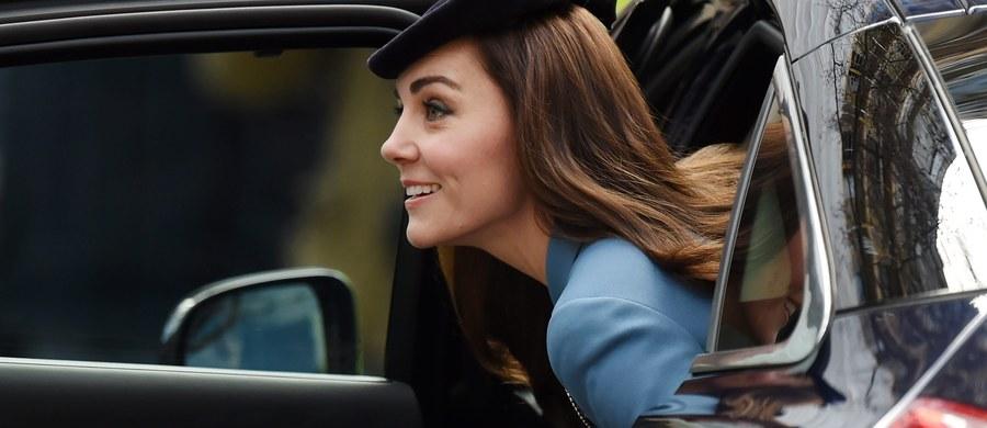 Brytyjskie media spekulują na temat kosztów podróży księżnej Catherine, która na specjalną uroczystość do Londynu poleciała helikopterem za 3 tys. funtów, podczas gdy królowa Elżbieta II wracając z noworocznego urlopu w hrabstwie Norfolk, wybrała podróż pociągiem za 54 funty. Obie panie musiały się dostać do stolicy z tego samego miejsca, a księżna wcale nie była pod szczególną presją czasu...