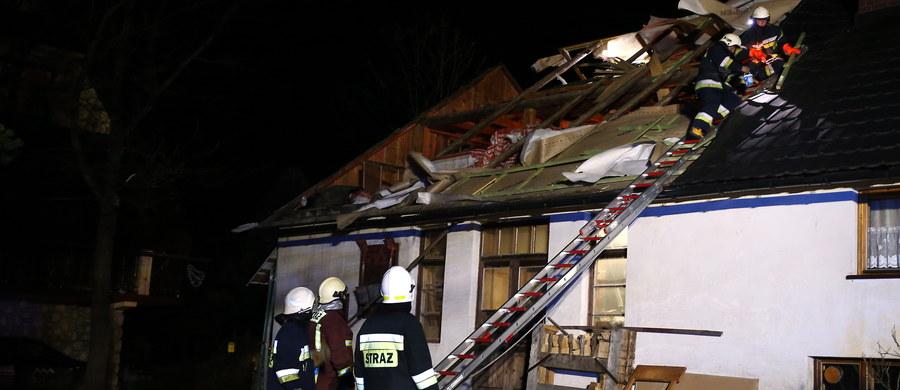 Prawie 90 razy, do późnej nocy, musieli interweniować strażacy z Zakopanego w związku z wiatrem halnym, który szalał na Podhalu. Wichura łamała drzewa, które tarasowały ulice i chodniki. Doszło też do pożaru.