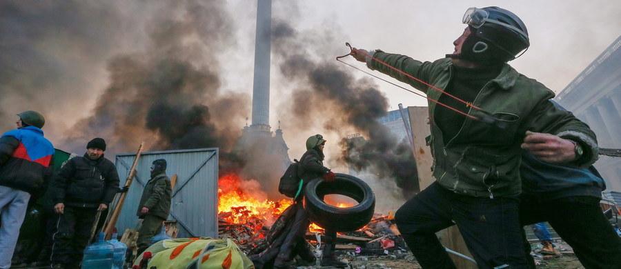 """Ukraińska prokuratura skierowała do sądu akty oskarżenia przeciwko trzem funkcjonariuszom milicyjnych oddziałów specjalnych Berkut, podejrzewanych o zabicie 48 i ranienie 85 uczestników protestów na Majdanie Niepodległości w Kijowie w lutym 2014 roku. """"Są to dwaj szeregowi funkcjonariusze i zastępca dowódcy pułku"""" - poinformował naczelnik w głównym departamencie śledczym Prokuratury Generalnej Ukrainy Serhij Horbatiuk."""