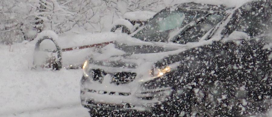 Bardzo trudne warunki na Podhalu - alarmowaliście nas na Gorącą Linię RMF FM. Z powodu intensywnych opadów śniegu na wielu trasach tworzyły się gigantyczne korki. Ślisko było m.in. na zakopiance. Przez kilka godzin zablokowana była również droga z Poronina do Bukowiny Tatrzańskiej.