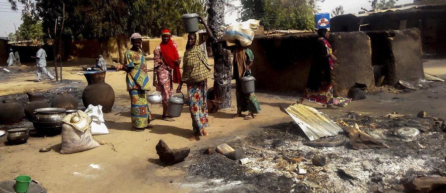 Ponad 60 osób zginęło w dwóch samobójczych zamachach bombowych, do których doszło na północy Nigerii – informuje wojsko i służby ratunkowe. Zamachów na terenie obozu dla uchodźców, uciekających przed działaniami dżihadystów z Boko Haram, miały dokonać dwie kobiety.