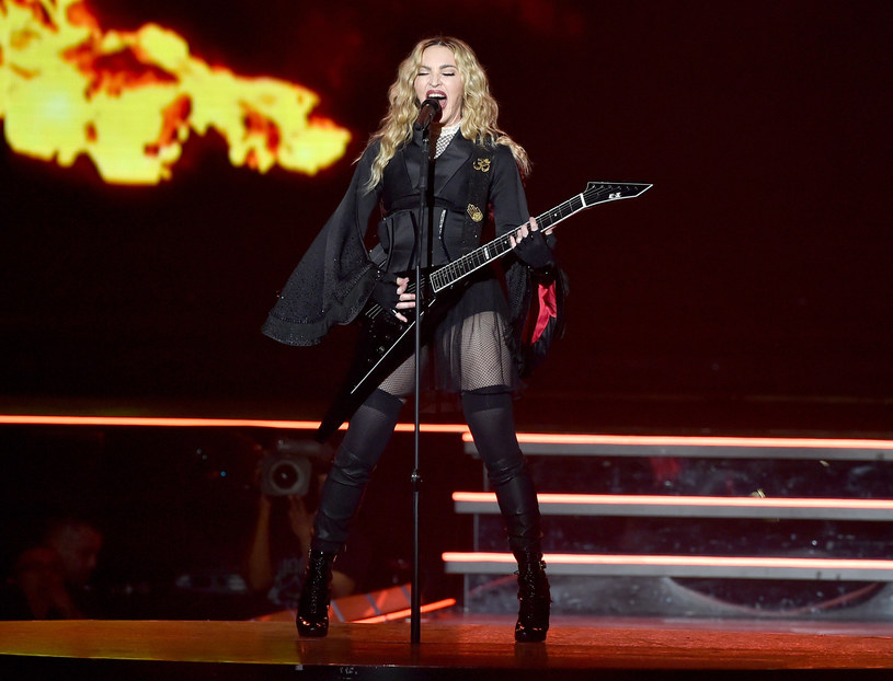 W trakcie koncertu w Tajlandii Madonna zaplątała się w welon. Część internautów twierdzi, że cała sytuacja była wyreżyserowana.