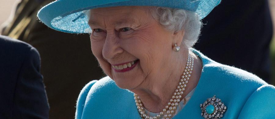 Symbol brytyjskości ulega radykalnej zmianie. Chodzi o akcent, z jakim mówi królowa Elżbieta II. Zdaniem lingwistów, język monarchini coraz bardziej przypomina mowę klasy średniej.