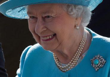 """Brytyjska królowa straciła... akcent. """"Coraz bardziej przypomina to mowę klasy średniej"""""""