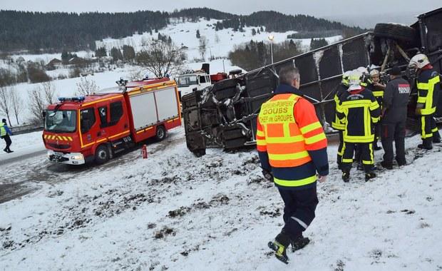 Sześcioro nastolatków zginęło w zderzeniu szkolnego minibusu i ciężarówki w pobliżu miejscowości Rochefort na zachodzie Francji. Trzy osoby, w tym kierowca minibusu, zostały lekko ranne - podała AFP powołując się na źródła policyjne.