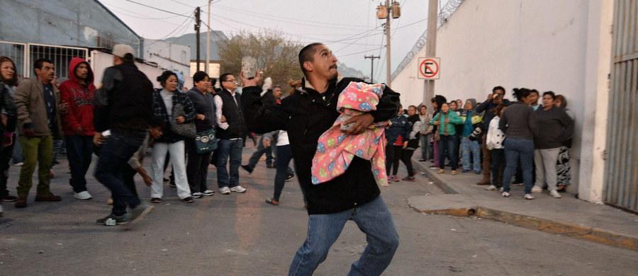 52 osadzonych zginęło podczas zamieszek, które wybuchły w więzieniu Topo Chico w Monterrey na północnym wschodzie Meksyku - poinformował gubernator stanu Nuevo Leon Jaime Rodriguez. W zakładzie wybuchł pożar.