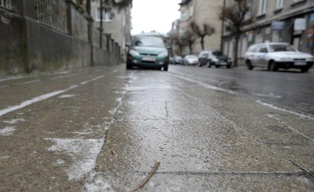 Bardzo ślisko o poranku na drogach. Przed gołoledzią ostrzega Instytut Meteorologii i Gospodarki Wodnej.
