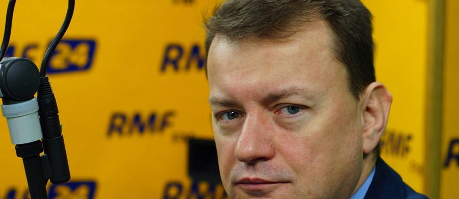 """""""W ciągu kilku tygodni będzie gotowy projekt wyłączenia Biura Spraw Wewnętrznych z Komendy Głównej Policji i podporządkowanie go do MSWiA"""" – zapowiada w Kontrwywiadzie RMF FM, szef MSWiA Mariusz Błaszczak. """"Teraz nadzór MSWiA nad policją jest ułomny"""" – uważa. """"Przedstawimy projekt zmiany ustawy o policji i mam nadzieję, że Sejm, Senat i prezydent szybko to zaakceptują"""" – dodaje Błaszczak. BSW szykowało prowokację przeciwko insp. Zbigniewowi Majowi? """"Nie potrafię ocenić. To problem dotyczący nadzoru MSWiA nad policją"""" – mówi Błaszczak. Dodaje, że kiedy inspektor był powoływany, ministerstwo nie miało wiedzy na temat sprawy, w którą Maj ma być zamieszany. """"To nie ja sprawdzam kandydata, tylko służby. Służby państwowy zarekomendowały go i okazało się, że są jakieś sprawy niewyjaśnione. Jakość służb przez ostatnich 8 lat nie była dobra"""" – uważa minister."""