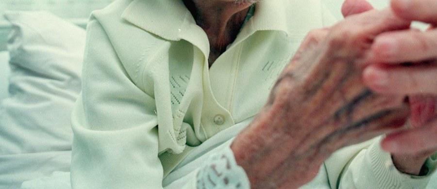 W sądzie w Łodzi ruszył proces 61-letniej kobiety oskarżonej o to, że wykorzystując zły stan psychiczny 89-letniej sąsiadki, wymusiła na niej podpisanie kilku aktów notarialnych. Potem przejęła władzę nad jej majątkiem i stała się jedyną spadkobierczynią. Jak ustalili śledczy, w sprawie chodzi o majątek wart ponad 1 mln zł.