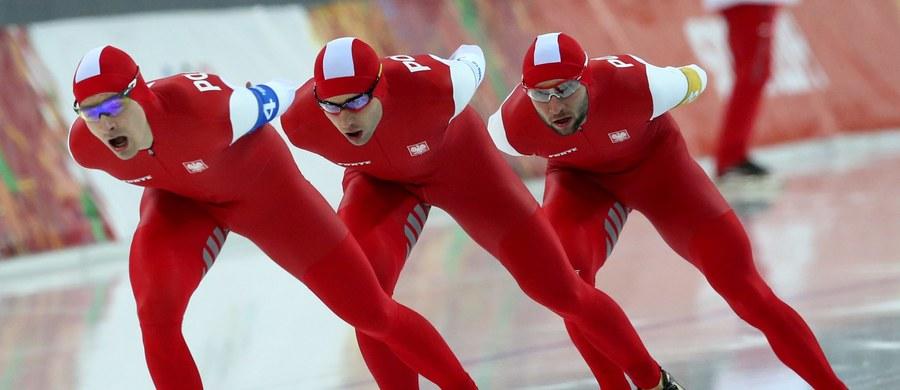 Polscy łyżwiarze szybcy zajęli ostatnie, ósme miejsce w biegu drużynowym podczas rozgrywanych w Kołomnie mistrzostw świata na dystansach. Rok temu Zbigniew Bródka, Konrad Niedźwiedzki i Jan Szymański wywalczyli brązowy medali igrzysk olimpijskich w Soczi.