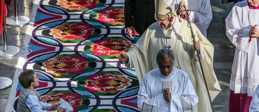 """Papież Franciszek, składający wizytę w Meksyku, odprawił w sobotę po południu tamtejszego czasu mszę w stołecznej bazylice Matki Bożej z Guadalupe, największym sanktuarium na świecie. W mszy uczestniczyły dziesiątki tysięcy ludzi. Homilię papież poświęcił cierpiącym, bezdomnym, zepchniętym na margines i - jak mówił - """"wszystkim, którzy czują, że nie mają godnego miejsca na ziemi""""."""