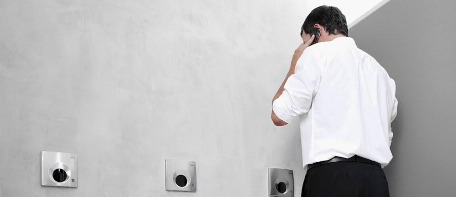 """Natrafiłem kiedyś w jakimś tekście na pytanie, czy pozdrowić spotkanego w toalecie księdza słowami """"Szczęść Boże"""". Ktoś, kogo trapiła ta wątpliwość z jednej strony odczuwał potrzebę przywitania się ze znajomym, z drugiej - intuicja podpowiadała mu, że łazienka to nie miejsce na taki zwrot. Słusznie."""