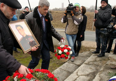 Rosjanie uczcili w Pieniężnie pamięć kata Armii Krajowej – mimo że monument jest zdemontowany