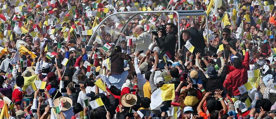 Ponad 300 tysięcy osób uczestniczyło w mszy odprawionej przez papieża Franciszka w niedzielę w mieście Ecatepec, położonym koło stolicy Meksyku. W homilii papież wyraził pragnienie, by ziemia meksykańska nie musiała więcej opłakiwać ofiar gangów narkotykowych.
