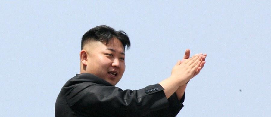 Lider Korei Płn. Kim Dzong Un zażądał naukowców, żeby umieszczali na orbicie kolejne sztuczne satelity Ziemi. Przed ponad tygodniem Pjongjang przy użyciu rakiety dalekiego zasięgu wysłał w kosmos satelitę, łamiąc rezolucję RB ONZ.
