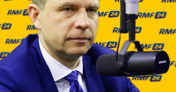 """""""W połowie marca możemy mieć do czynienia z poważnym kryzysem konstytucyjnym, bo będzie orzeczenie Trybunału Konstytucyjnego i ocena Komisji Weneckiej"""" – mówi gość Kontrwywiadu RMF FM, lider Nowoczesnej Ryszard Petru. """"Trzeba zaprosić prawdziwą opozycję, a nie Kukiza. KOD zaproszę. Społeczeństwo obywatelskie musi wymusić realizację tego, co mówi TK, bo inaczej nic nas nie chroni"""" – dodaje Petru. Jego zdaniem, jeżeli rząd łamie konstytucję i """"ma gdzieś opinię Komisji Weneckiej"""", to jedyną formą protestu jest protest uliczny. """"Apeluję do premier - jeżeli dziesiąta osoba mówi, że ktoś jest pijany, to na wszelki wypadek trzeba się położyć do łóżka. Nie można tego lekceważyć – to republikanie i demokraci razem napisali list"""" – mówi gość Kontrwywiadu. Chodzi o list senatorów USA do premier Beaty Szydło, w którym piszą, że są zaniepokojeni sytuacją w Polsce."""
