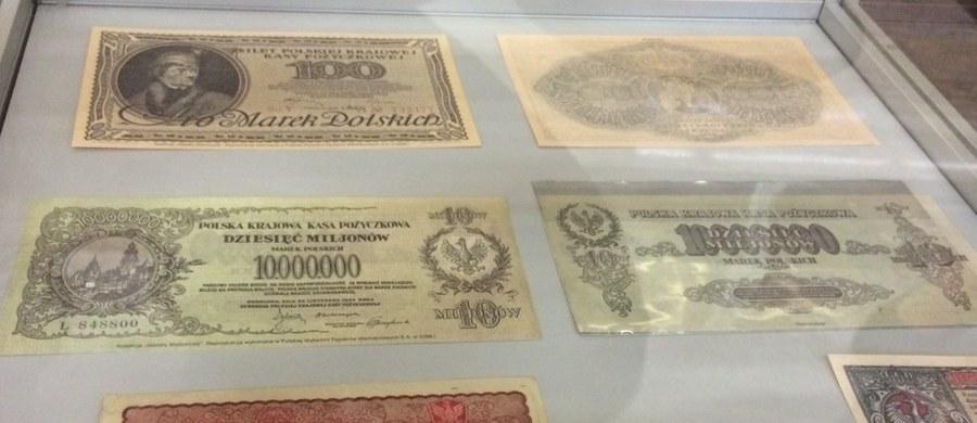 Początki polskich banknotów sięgają czasów Powstania Kościuszkowskiego w 1794 roku. Były to bilety skarbowe Rady Najwyższej Narodowej, drukowane, ręcznie numerowane i wpisywane w specjalnej księgi. Odręczny podpis na każdym składały władze Dyrekcji Biletów Skarbowych. Stosowany był specjalny atrament, trudny do podrobienia. Co ciekawe, skład inkaustu, którego używano do podpisu, do dzisiaj pozostaje tajemnicą. Tak wyglądały pierwsze zabezpieczenia banknotów. Nowe zabezpieczenia, trudne do podrobienia dołożono w latach 90. Dziś, zdaniem NBP polska waluta jest trudna do podrobienia.