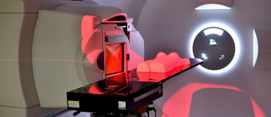 Leczenie chorych na raka nowoczesną terapią protonową - coraz bliżej. Ministerstwo Zdrowia zdecydowało się na wpisanie naświetlań nowotworów zlokalizowanych poza narządem wzroku do koszyka świadczeń gwarantowanych. Jest już gotowy projekt rozporządzenia- dowiedział się reporter RMF FM Mariusz Piekarski.
