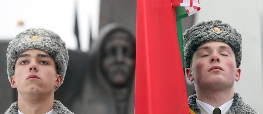 Ministrowie spraw zagranicznych państw UE zgodzili się na zniesienie sankcji wobec 170 obywateli Białorusi, w tym prezydenta Alaksandra Łukaszenki, oraz trzech białoruskich podmiotów. Taką informację podały źródła dyplomatyczne.